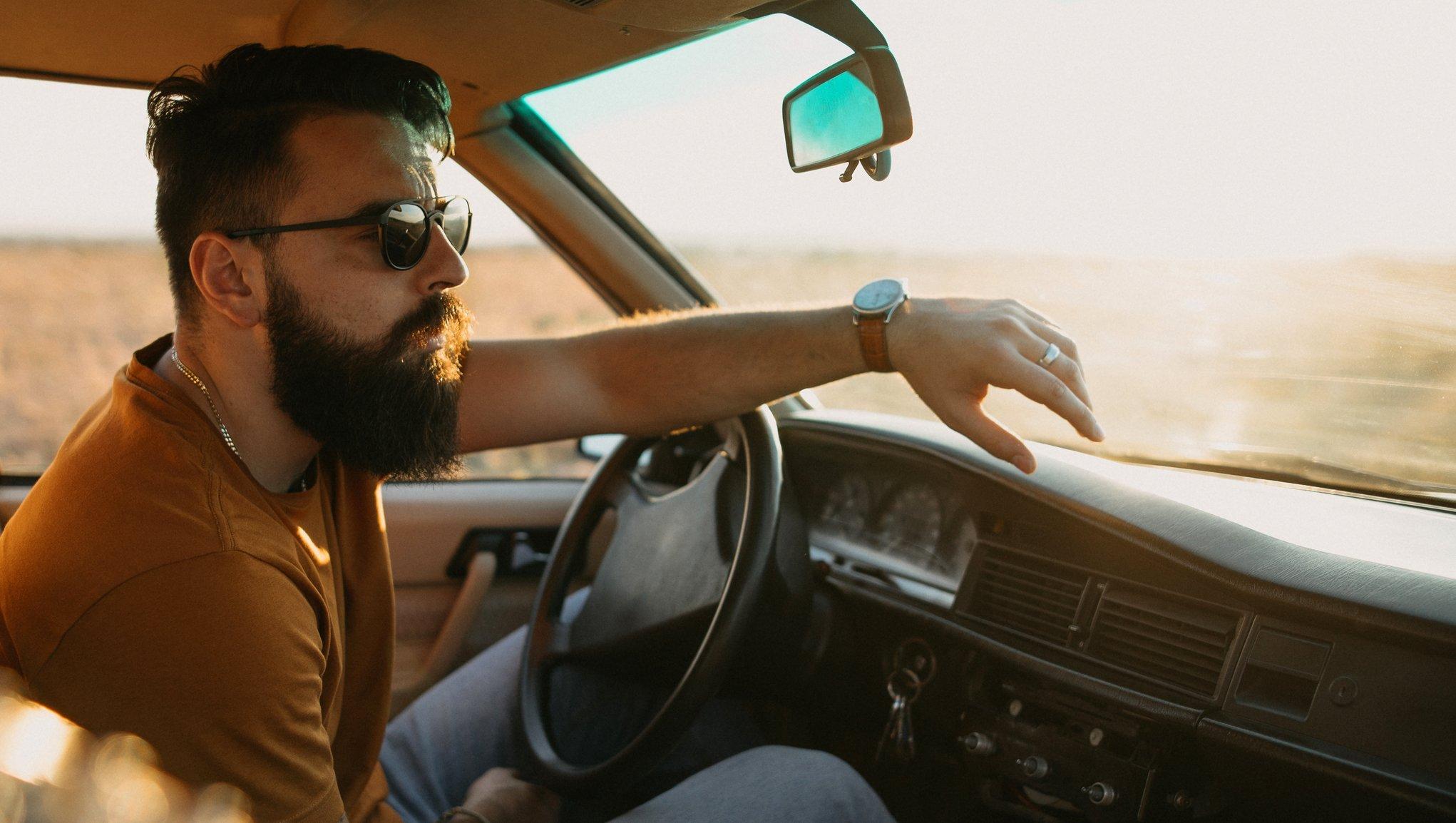 Mann i bil