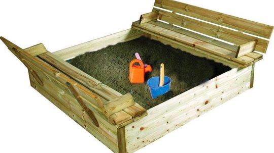 Denne sandkassen kan barna sitte og leke i lenge, uten at det blir sand over hele hagen.
