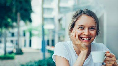 kvinna ler