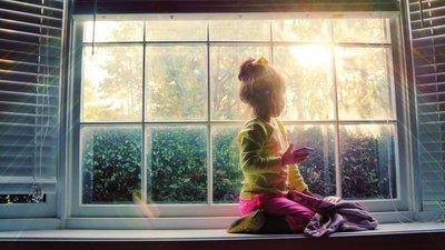 Flicka i fönstret