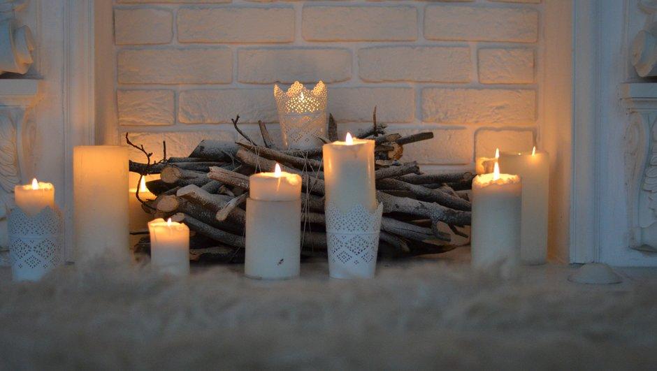 Pārbaudi, vai sveces atrodas uz stabilas un nedegošas virsmas
