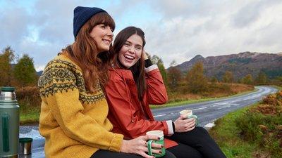 ett par väninnor dricker kaffe utomhus