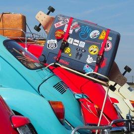 Matkatavaroita auton päälle pakattuna