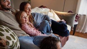Familjen samlad i soffan