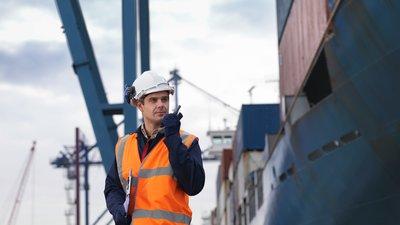 Mann på jobb i havn