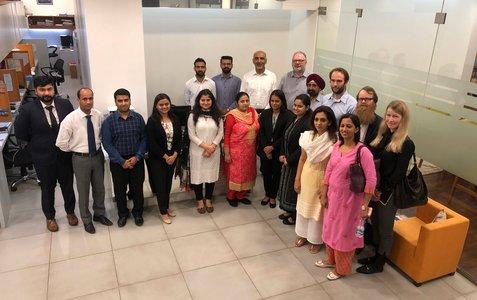 Bildet viser ansatte ved SMA Legal, Chandigarh, samt Trygve Aurdal-Vold og Kristin Moe fra Nasjonalt ID-senter.