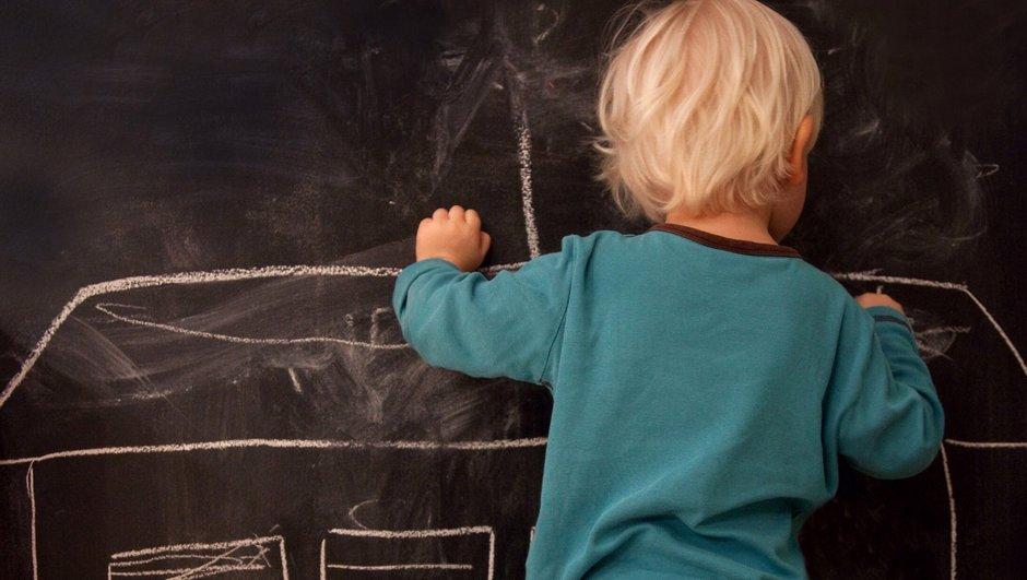 Barn ritar på väggen