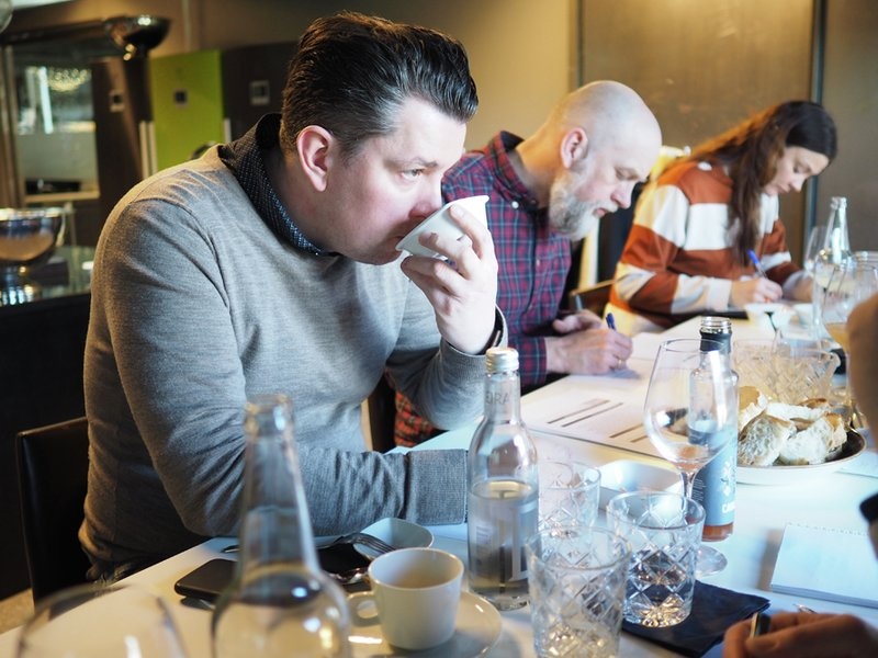Kokk og kjøkkensjef Gunnar Jensen (foran) i full gang med juryering for Spesialitet-fagjuryen.