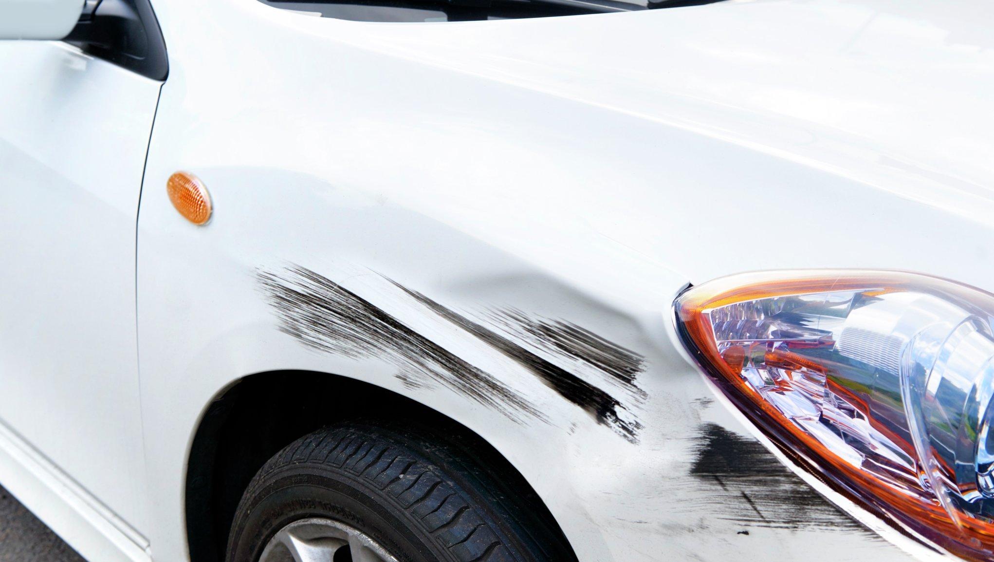 Riper på en hvit bil