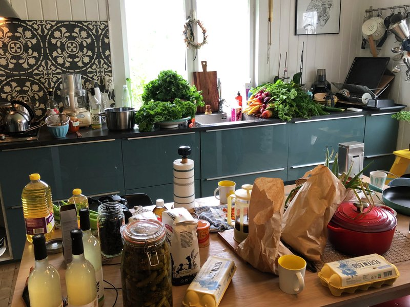 Action! Sånn så det ut på kjøkkenbenken til Oda på Eidsvoll under Smakslandet innspilling. Opptakene ble gjort ute - hun lager gjerne mat under åpen himmel.