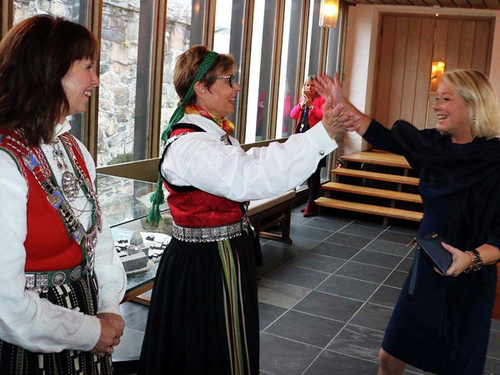 Foto av Anne Gine Hestetun og Jenny Følling som ønskjer kommunal- og moderniseringsminister Monica Mæland velkomen til markeringa for Vestland fylkeskommune i Håkonshallen 15. oktober.