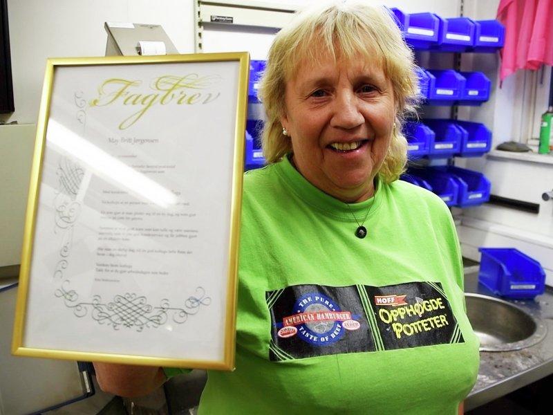 May Britt Jørgensen hos HOFF Gjøvik har jobba på fabrikken i 35 år. Norsk mat gir norske arbeidsplasser