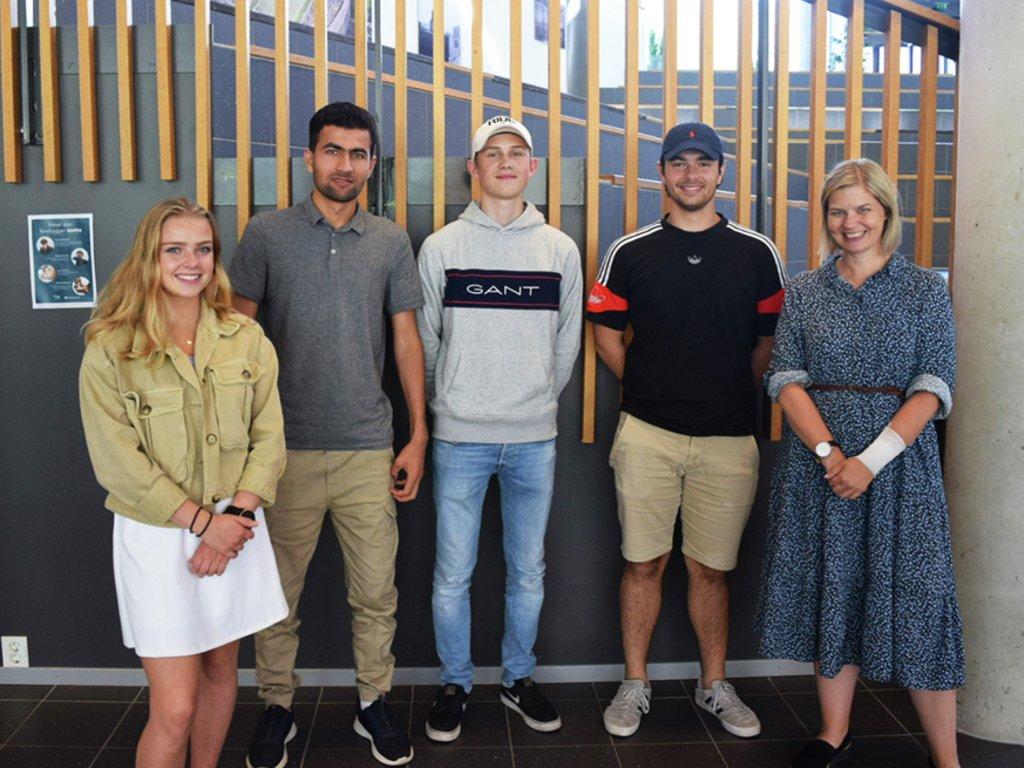 foto av kunnskapsminister Guri Melby saman med fire elevar ved Sogndal vgs.