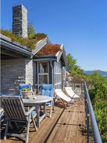 LUNT: Få det koselig og lunt med mørkt treverk. Denne terrassen er beiset med Herregård vanntynnet terrassebeis i fargen 6062 Honning. Foto: Gjøco