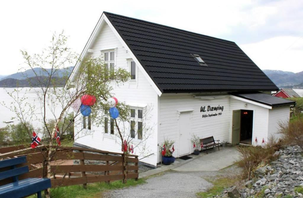 Bilete av ungdomshuset Dæmring som ligg i Vågsøy
