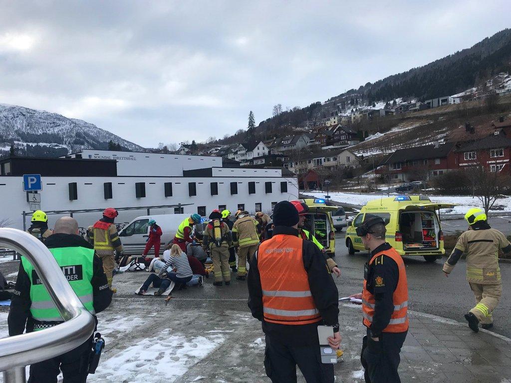Bilete frå øving med naudetatane på Fosshaugane campus i Sogndal. Politiet, ambulanse og brannvesen er på plass. Ute, snø på bakken.