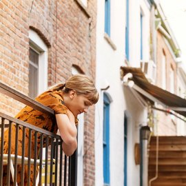 Kvinna på balkong