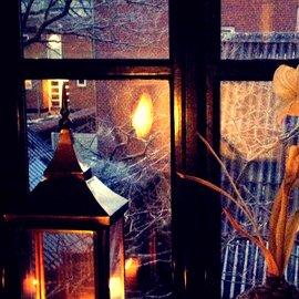 ljuslykta i fönster