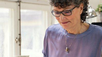 kvinna med halsband
