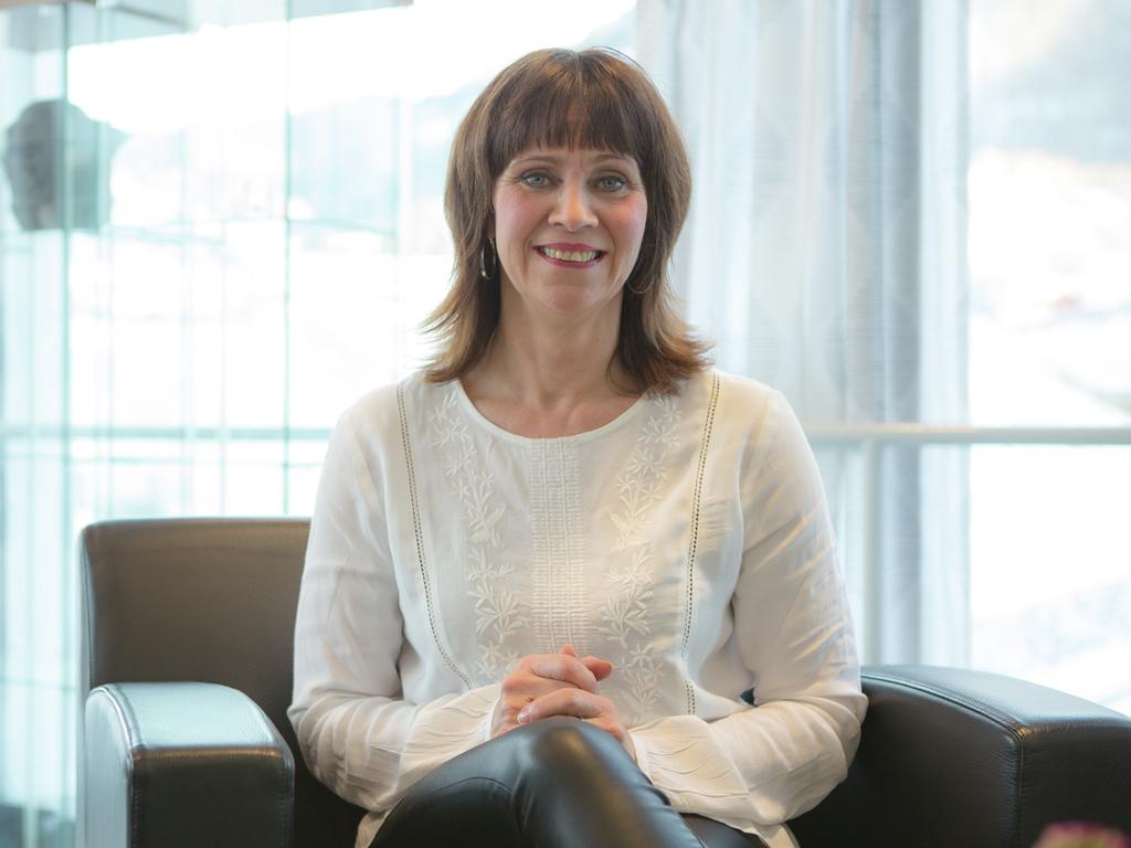 Foto av fylkesordførar Jenny Følling. Ho sit i ein stol på kontoret sitt og har på seg kvit bluse og svart bukse.