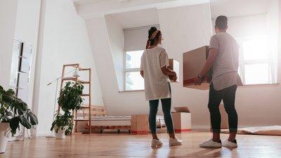 Par som flyttar