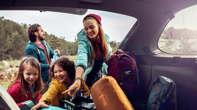 Familjen packar ur bilen