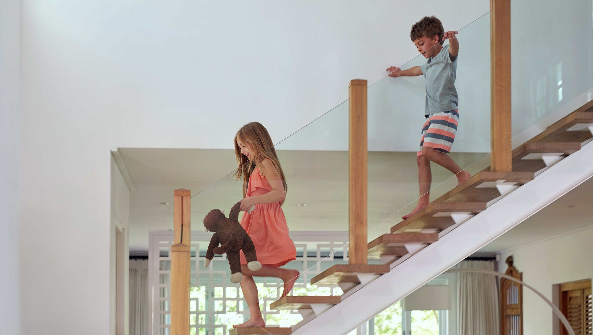 Barn går i trappa