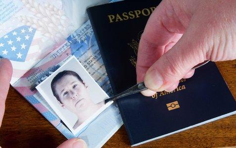Illustrasjonsbilde av fotobytte i et pass fra USA