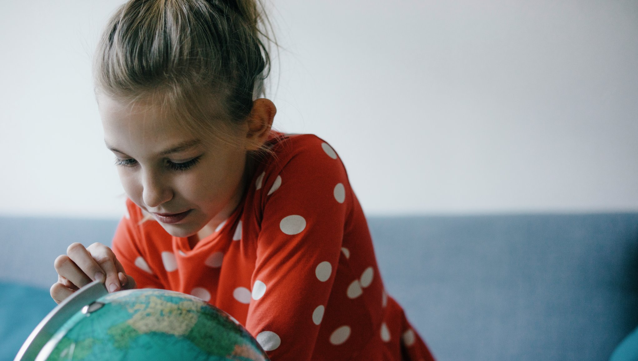 Tyttö katsoo karttapalloa
