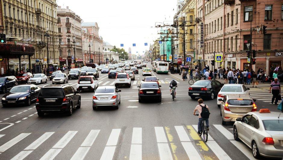 Katuliikennettä Pietarissa.
