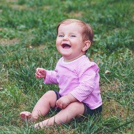 bebis på gräsmatta
