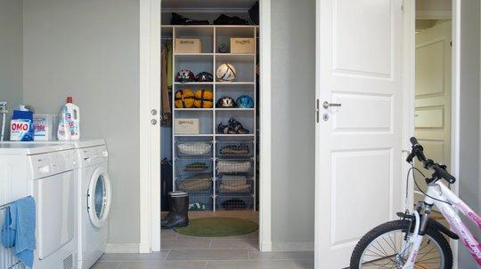 Garderoberom tilknyttet vaskerom er en smart løsning for en ryddigere tilværelse. Langlo flexiinnredning i hvit utførelse.