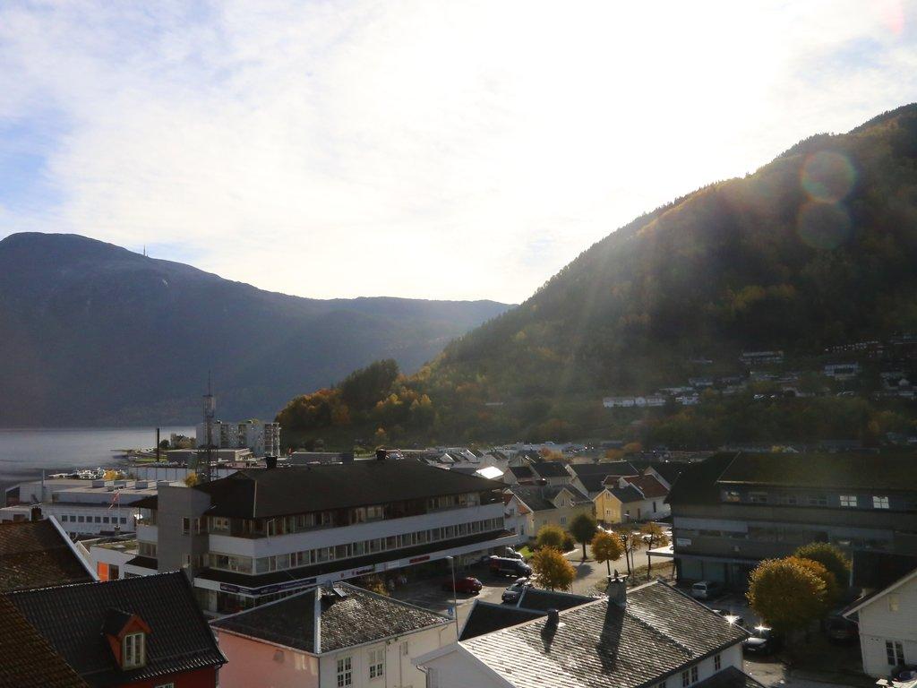 Utsikt over Sogndal sentrum, Sogndalsfjorden og Stedjeåsen ein haustdal med sol.