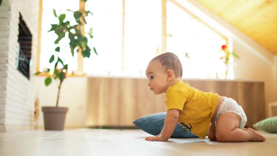 Barn kryper på golvet