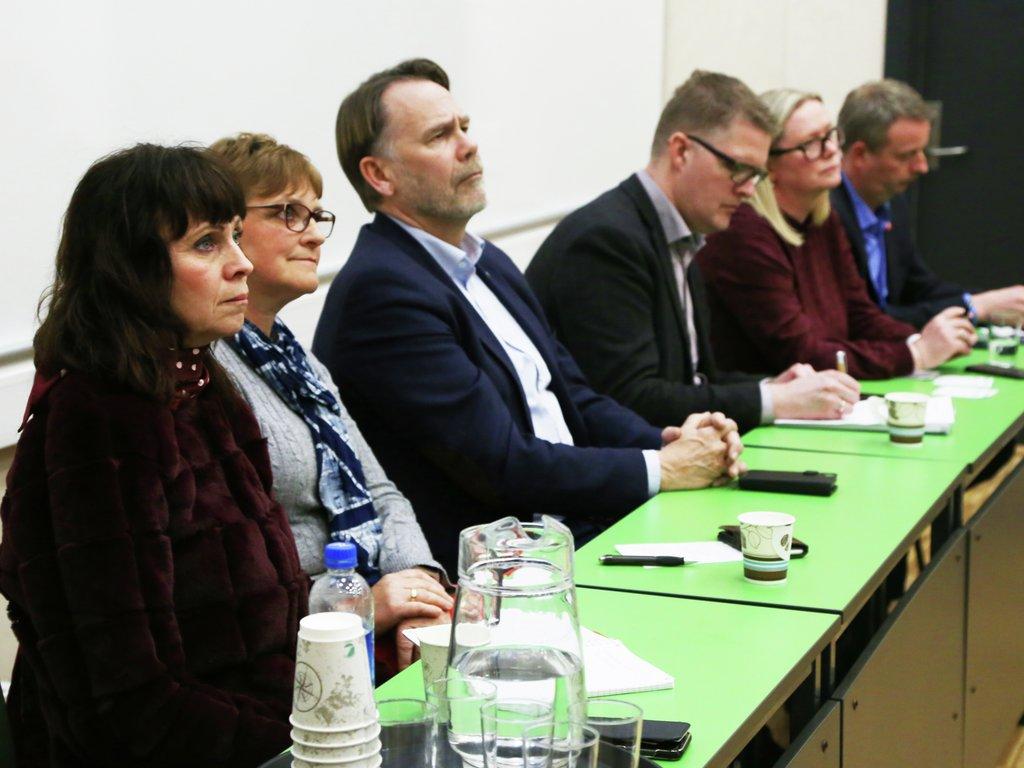 Foto av panel med politikarar på dialogmøtet om Vestland fylkeskommune på Voss. F.v. Jenny Følling, Trude Brosvik, Bjørn Hollevik, Pål Kårbø, Silja Ekeland Bjørkly, Terje Søviknes.
