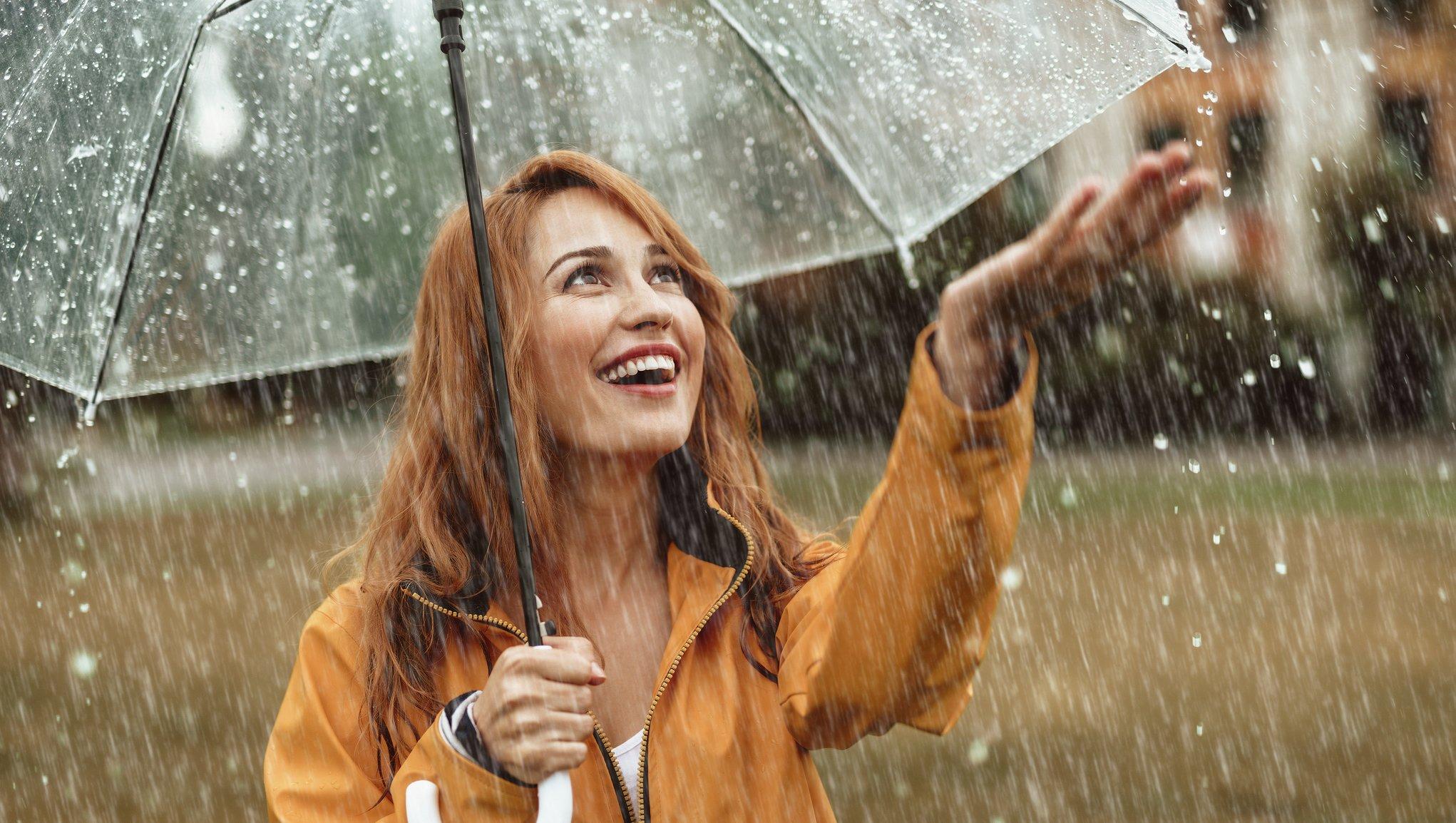 Kvinna skyddad mot regnet