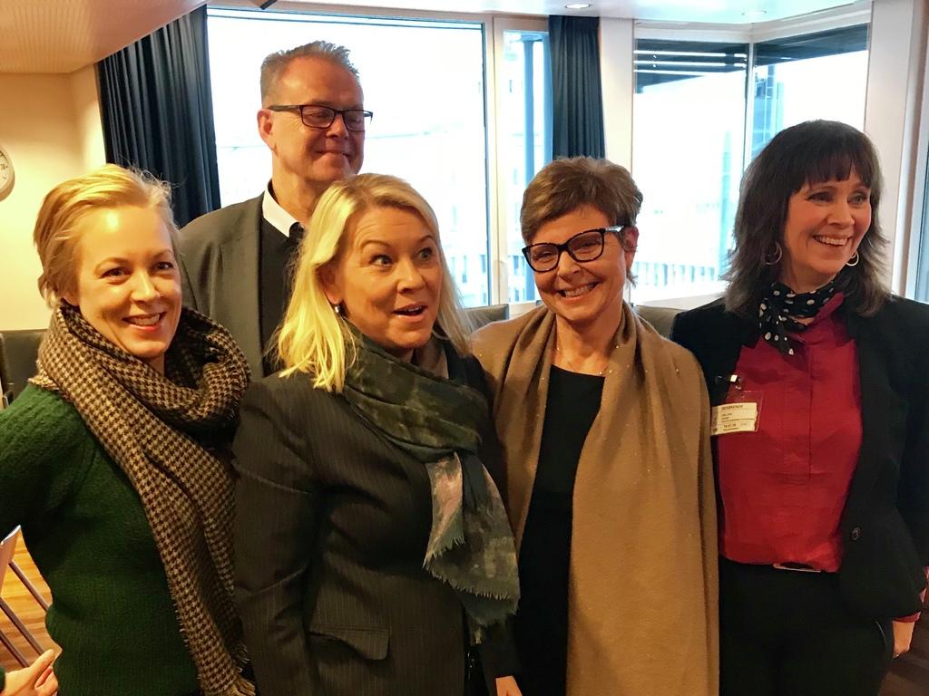 Foto av fylkesordførarane i Rogaland, Hordaland, Sogn og Fjordane og Møre og Romsdal som møter kommunal- og moderniseringsminister Monica Mæland.