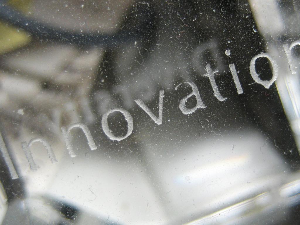 Foto av bokstavar som formar ordet Innovation på ei glasplate.