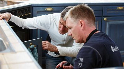 kaksi miestä tarkastaa taloa