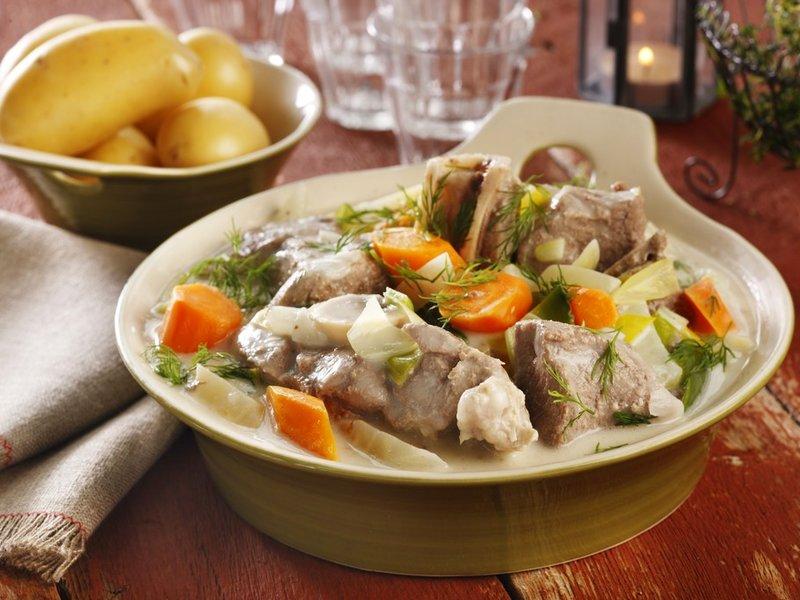 Det er nesten så vi kjenner den gode lukta! Her er klassikeren lammefrikasse - lam, norske rotgrønnsaker, sursøt saus og dill er uslåelig sammen. Foto: Matprat.no