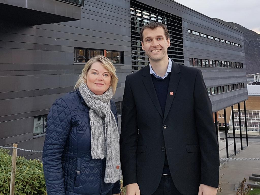 Foto av direktør ved Vestlandsforsking, Merete Lunde og Erik Kyrkjebø ved Høgskulen på Vestlandet utanfor Høgskulen sitt nyast bygg på Campus i Sogndal.