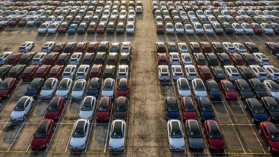 Erilaisia autoja odottaa satamassa