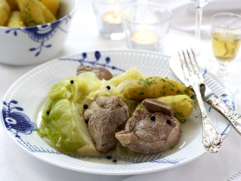 Norges nasjonalrett: Fårikål med deilige høstpoteter. Ikke rart vi gleder oss til middag om høsten! Foto matprat.no