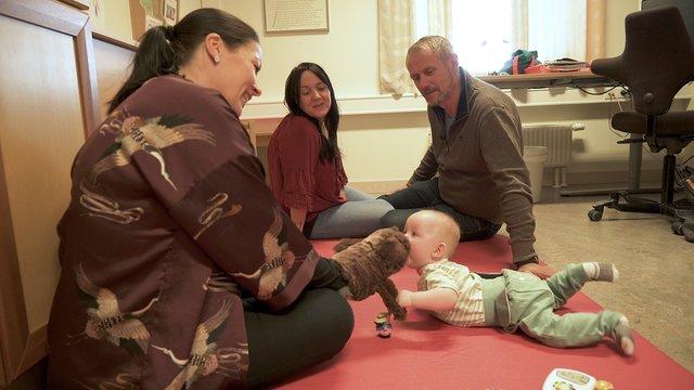 Helsesykepleier Kristin på helsestasjonen med familie
