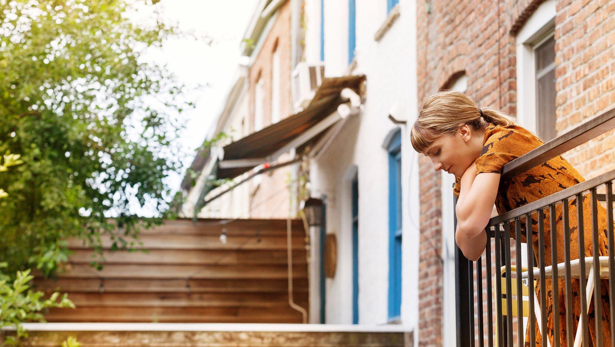 En kvinna på en balkong