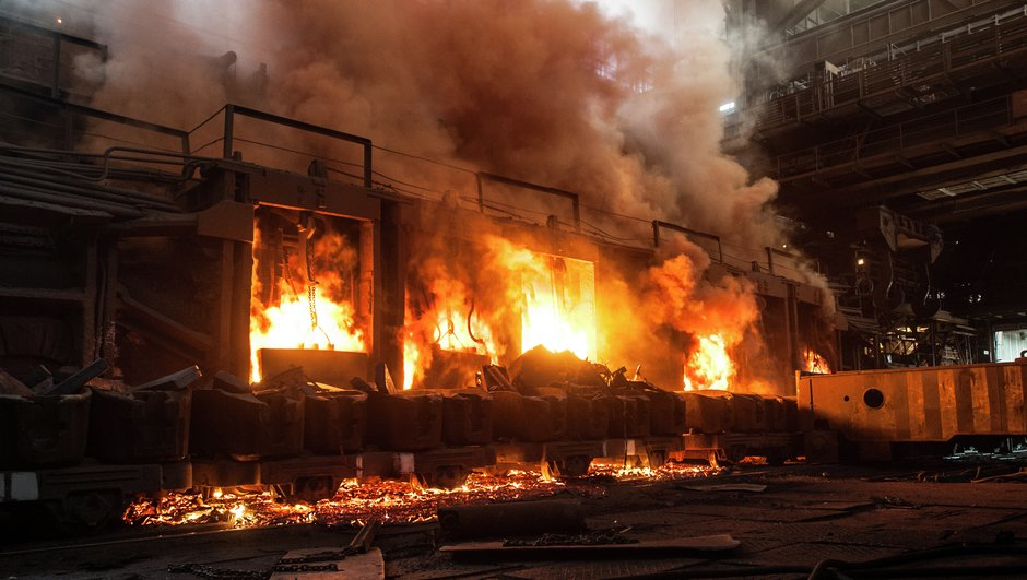 Industrial building on fire due to a hydraulic oil.