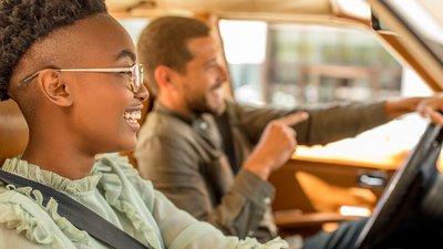 Mann og dame som kjører bil
