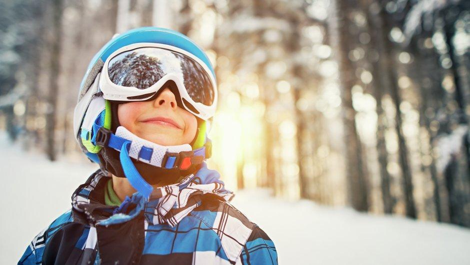 pojke med skidhjälm