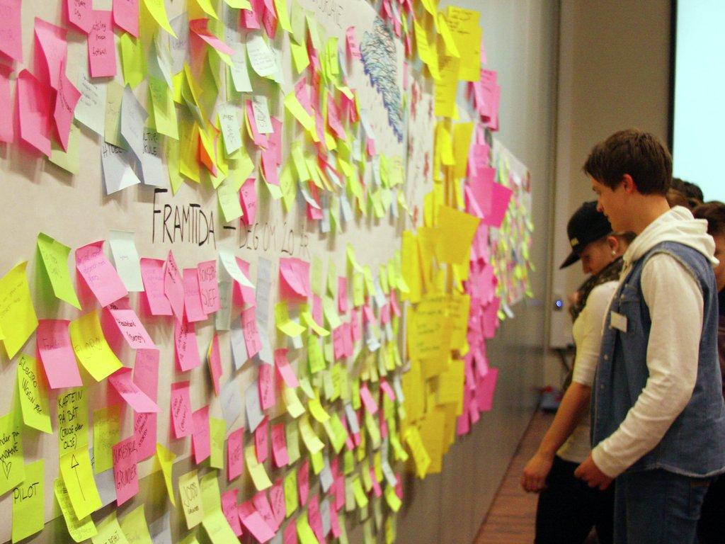 Ungdom frå heile fylket tek del på fylkesting for ungdom 2013. Bilete frå møtesalen der ungdomane diskuterer.