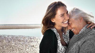 Nuori ja vanha nainen halaavat